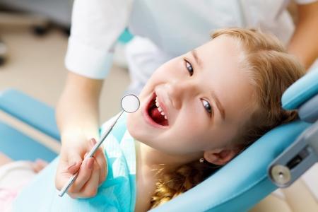 Meisje zitten in de tandartsen praktijk Stockfoto