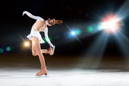 Meisje kunstschaatsen in sport arena