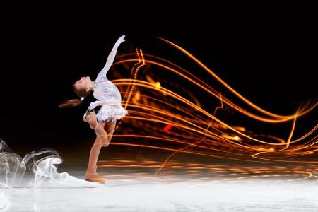 Niña de patinaje artístico en el campo de deportes Foto de archivo - 22040095