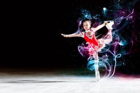 patinaje: Ni�a de patinaje art�stico en el campo de deportes