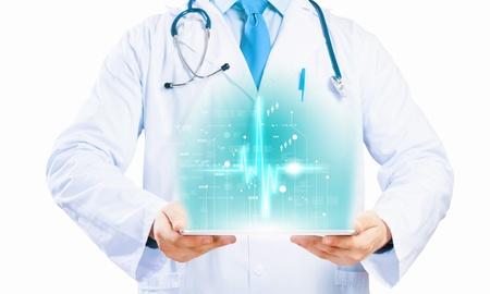 태블릿 PC와 미디어 일러스트를 들고 의사의 시체를 닫습니다 스톡 콘텐츠