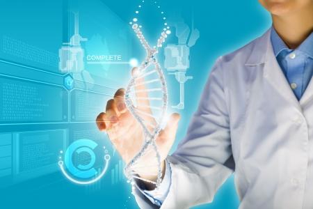 メディア画面で DNA 分子イメージに触れる女性科学者