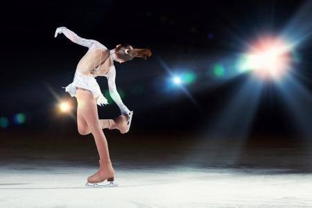 silhouette femme: Petite fille de patinage artistique au centre sportif