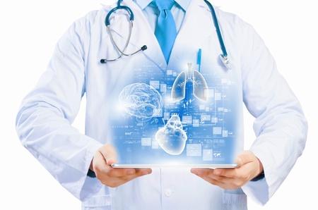 Cierre de médico s cuerpo celebración de Tablet PC con la ilustración de los medios de comunicación