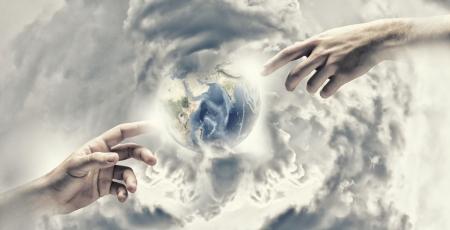Primer plano de las manos del hombre que tocan con los dedos elementos de esta imagen son proporcionados por la NASA Foto de archivo - 22166190
