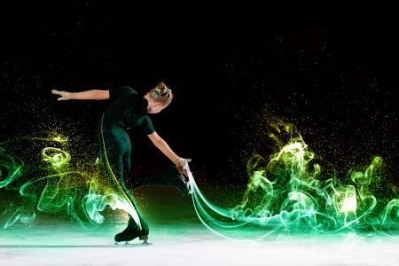 patinaje sobre hielo: Niña de patinaje artístico en el campo de deportes