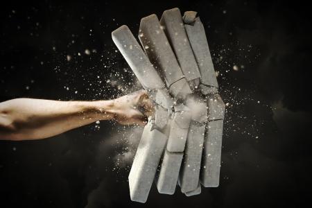 Gros plan de briques de rupture de la main de l'homme Banque d'images