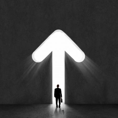 crecimiento: Imagen de hombre de negocios silueta de pie con la espalda