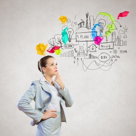 lluvia de ideas: Imagen de la empresaria reflexivo con un bosquejo de negocios en el fondo