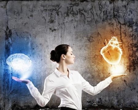 Image d'équilibrage de la femme d'affaires avec des articles dans les paumes Banque d'images - 23346912