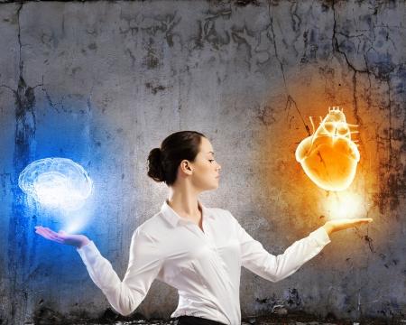 streifzug: Bild der Unternehmerin mit Balancing Artikel in den Palmen
