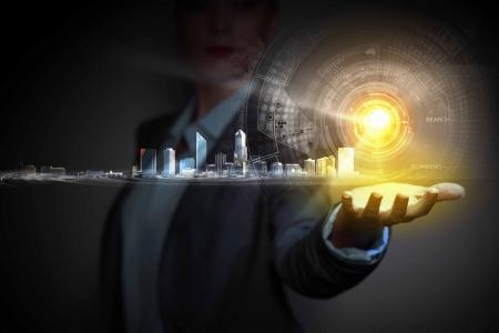 Businessperson houden media beeld van de stad in de palm Nieuwe technologieën Stockfoto