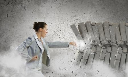 Afbeelding van zakenvrouw het breken van stenen met de hand