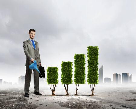 regando plantas: Imagen de la planta de riego empresario forma de gráfico Foto de archivo