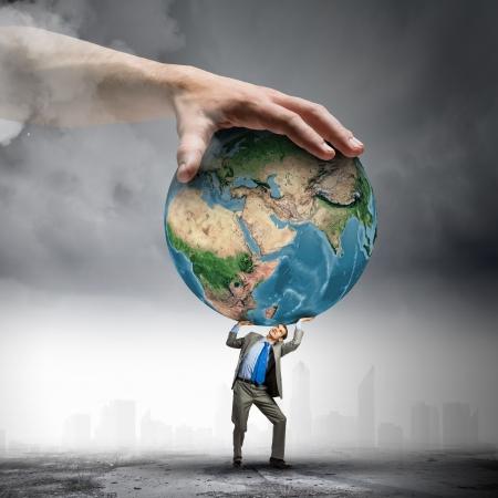 el mundo en tus manos: Imagen de joven empresario bajo la presi�n de los elementos de la tierra del planeta de esta imagen son proporcionados por la NASA
