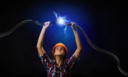 頭の上に電気ケーブルを保持している女性のイメージ