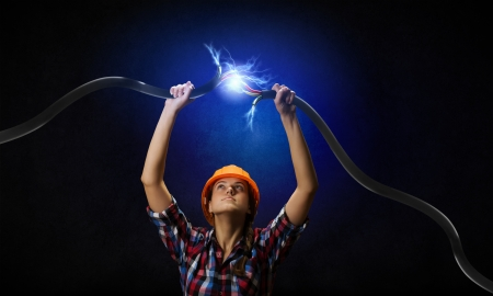머리 위에 전기 케이블을 잡고 여자의 이미지 스톡 콘텐츠