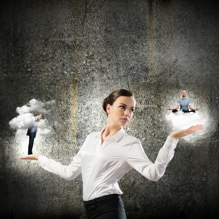 arrogancia: Imagen de negocios la celebración de personas de negocios en miniatura en las palmas