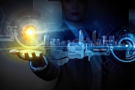 Businessperson deelneming media imago van de stad in de palm Nieuwe technologieën