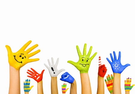 Afbeelding van menselijke handen in kleurrijke verf met een glimlach Stockfoto