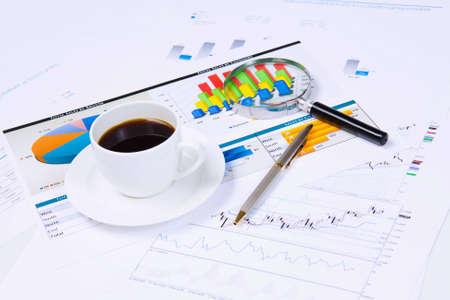 cuadro sinoptico: Cierre de la imagen de lugar de trabajo de oficina con una taza de caf� y documentos Foto de archivo