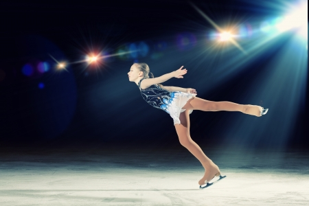 profesionálové: Holčička krasobruslení na sportovní arény Reklamní fotografie