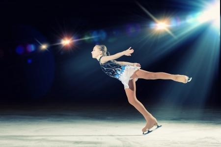 Kleines Mädchen Eiskunstlauf bei Sportarena
