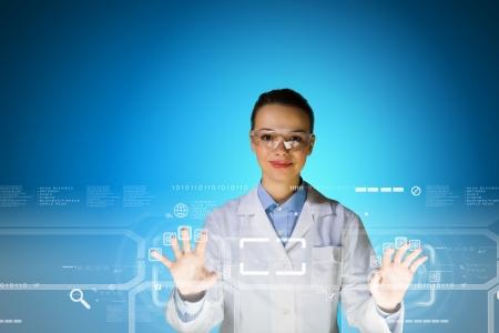 eye wear: Imagen de joven cient�fico mujer atractiva en gafas de protecci�n