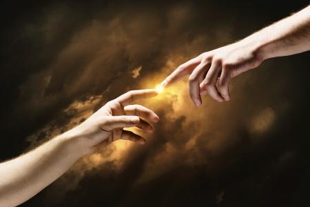 schöpfung: Nahaufnahme der menschlichen Hände berühren mit den Fingern