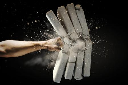人間の手のレンガを壊すクローズ アップ 写真素材