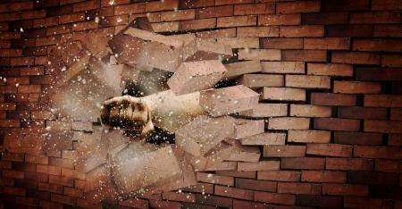 인간의 손을 깨는 벽돌 벽의 강도 및 전원 스톡 콘텐츠
