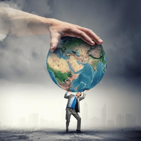 el mundo en tus manos: Imagen de joven empresario bajo la presi�n de la tierra del planeta Foto de archivo
