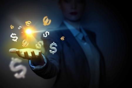 인간의 손에 돈 결정과 재산에 통화 기호 스톡 콘텐츠