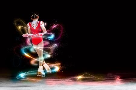 Kleines Mädchen Eiskunstlauf bei Sportarena Standard-Bild - 24019239
