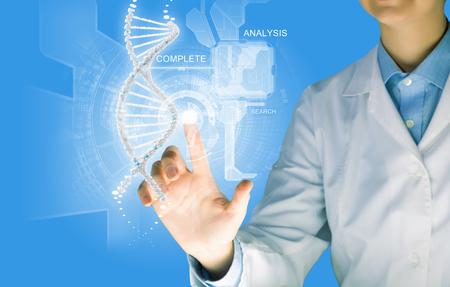 nucleotides: Imagen Cient�fico de la mujer en la mol�cula de ADN de tocar la pantalla multimedia Foto de archivo