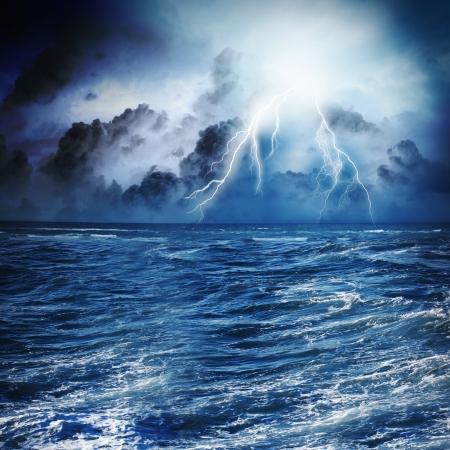 Immagine della notte scuro con fulmini sopra il mare in tempesta Archivio Fotografico - 24085407
