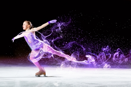 어린 소녀의 그림은 스포츠 경기장에서 스케이트