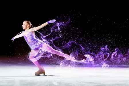 silhouette femme: Petite fille de patinage artistique � l'ar�na de sport