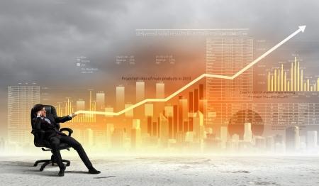in aumento: Imagen de joven empresario tirando gráfico concepto de crecimiento Gráfico