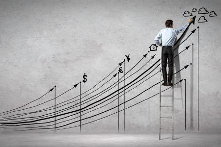 econom�a: Vista posterior de la imagen de gr�ficos de negocios de dibujo en la pared