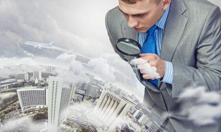 zvětšovací sklo: Obrázek podnikatele zkoumá objekty s lupou