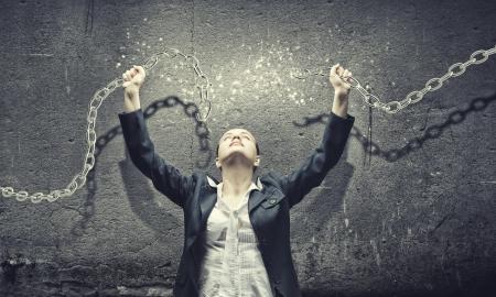 willpower: Immagine di imprenditrice in rabbia rompere la catena di metallo