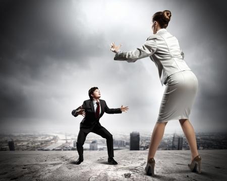 jefe enojado: Imagen de los empresarios discutiendo y actuando como luchadores de sumo contra el fondo de la ciudad