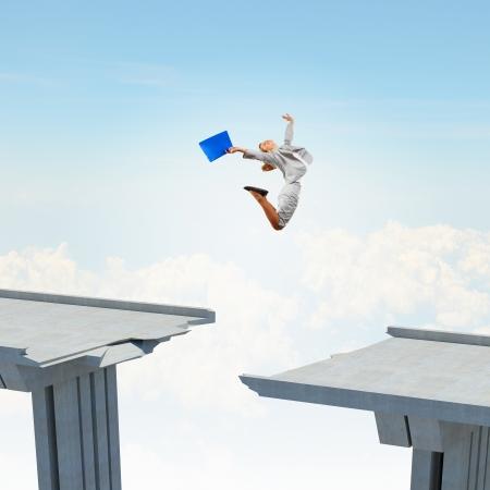 Jonge vrouw springen over een gat in de brug als een symbool van het risico