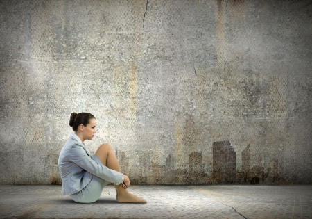 一人で座っている若い動揺して実業家のイメージ