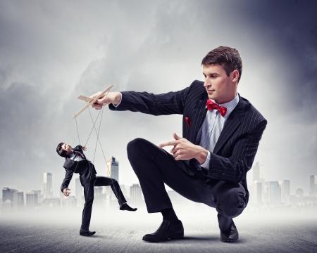 Image de la jeune marionnettiste concept de leadership d'affaires