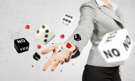 Close-up beeld van zakenvrouw gooien dices gokken concept