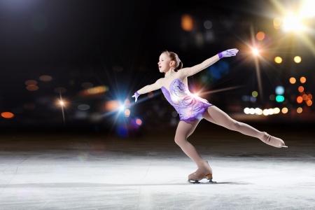 patinaje sobre hielo: Figura Niña patinar en estadio deportivo Foto de archivo