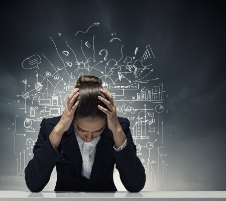 Jonge schreeuwende zakenvrouw met handen op het hoofd