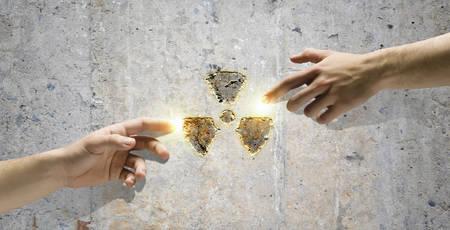 radiactividad: La interacci�n humana en la protecci�n de medio ambiente de la radiactividad Michelangelo toque Foto de archivo